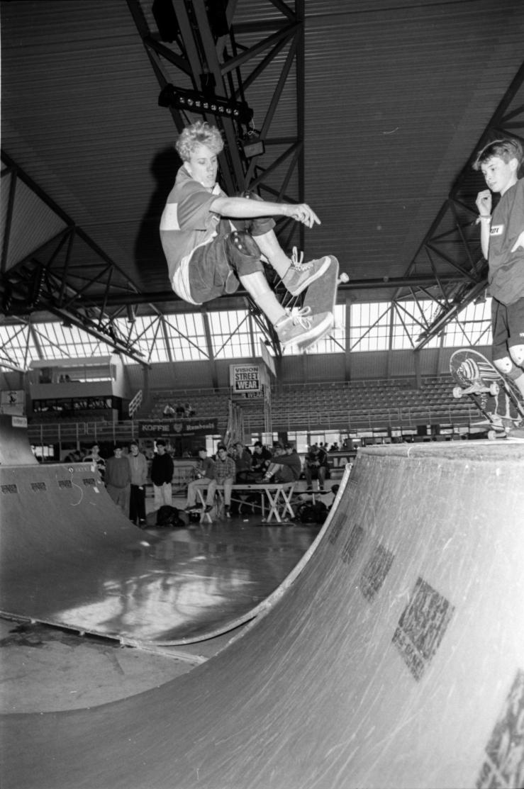 jan-waage-frontside-ollie-eindhoven-skate-comp-holland-1991-photo-kevin-banks-speedway-skateboarding-magazine
